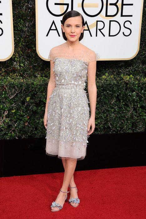 Millie Bobby Brown usando un vestido plateado con pedrería