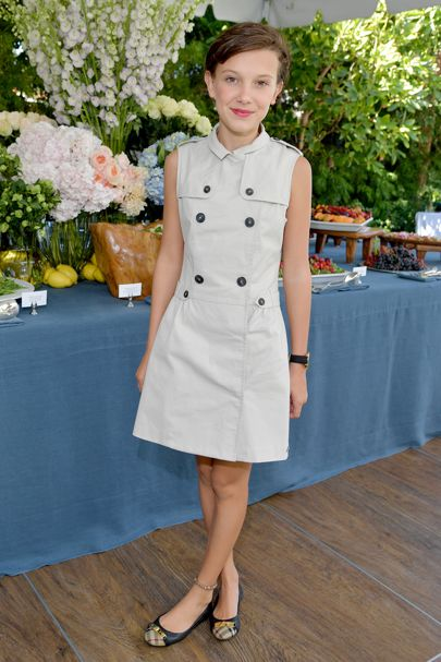 Millie Bobby Brown usando un vestido color café