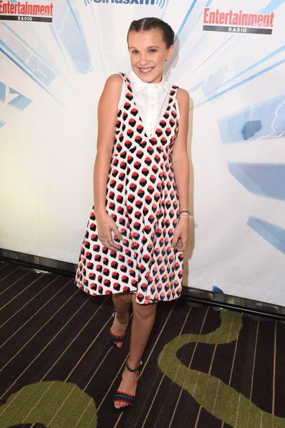 Millie Bobby Brown usando un vestido con estampado de fresas