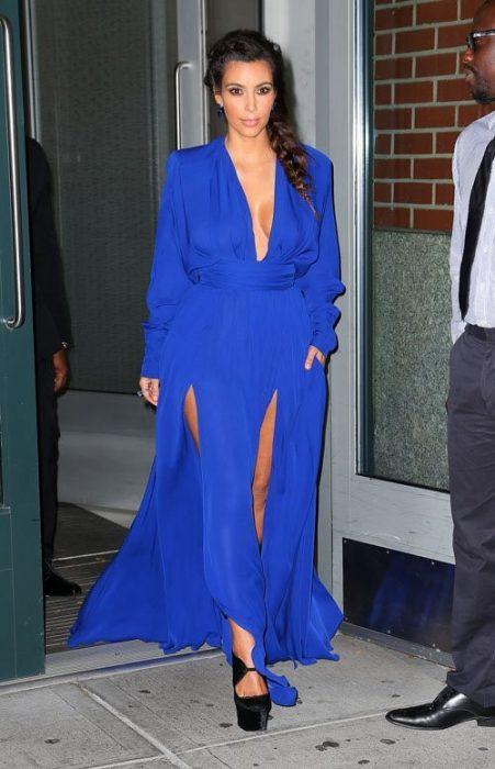 Kim Kardashian usando un vestido azul