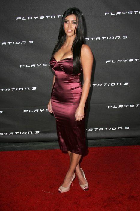 Kim Kardashian usando un vestido rojo de satin en el 2006