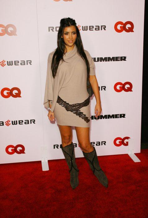 Kim kardashian usando un vestido o suéter con botas y cinturón