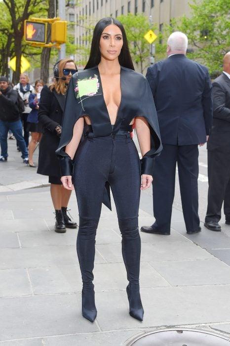 Kim kardashian usando un mono negro durante una entrevista