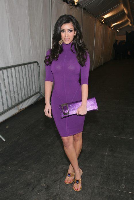 Kim kardashian usando un vestido morado en 2007
