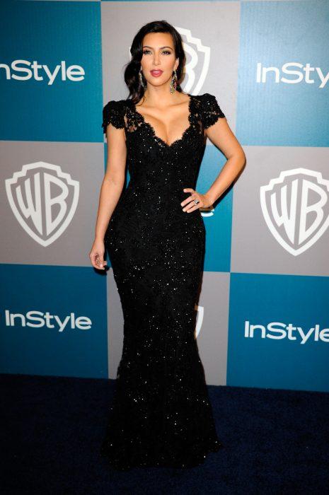 Kim kardashian usando un vestido negro de encaje