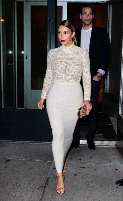 Kim kardashian vistiendo un a falda de lápiz y una blusa con transparencias