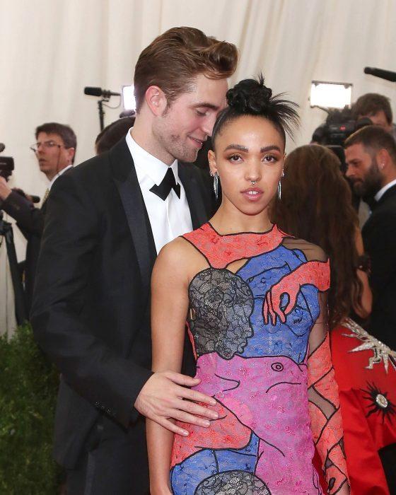 Robert Pttinson junto a su novia FKA Twigs en la gala del Met