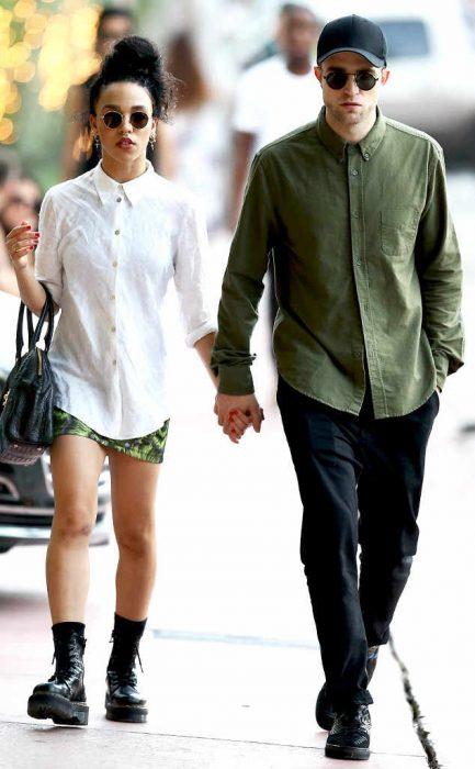 Robert Pttinson caminando de la mano con su novia FKA Twigs