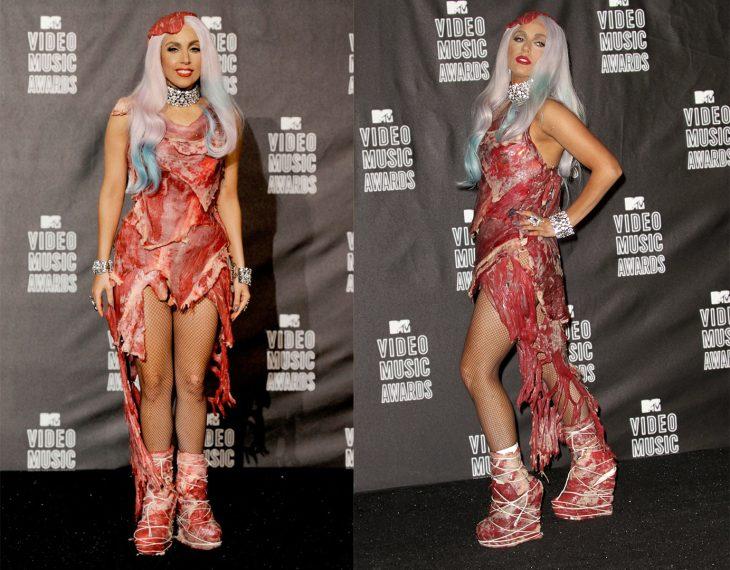 Lady gaga usando su vestido de carne