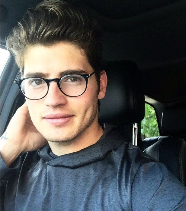 chico con gafas de visión alta