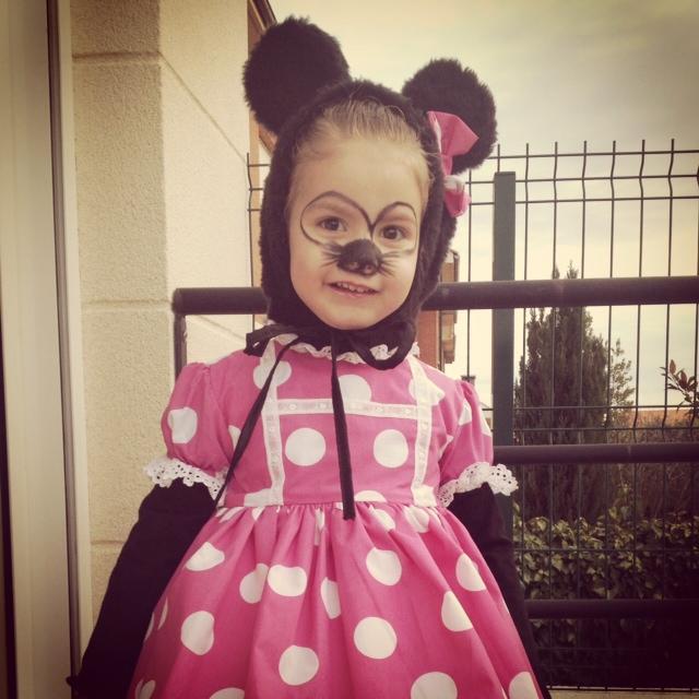 niña disfrazada de minnie mouse