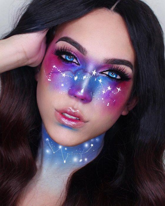 Chica dibujando estrellas con maquillaje