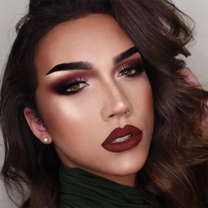 Chica con un maquillaje en tonos rojos