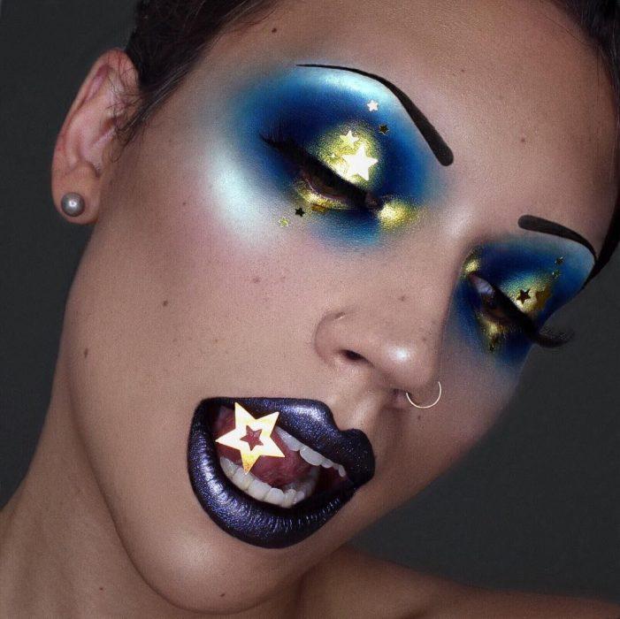 Chica con unas estrellas maquilladas en sus parpados