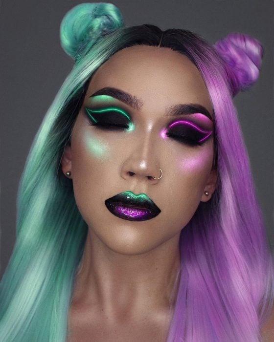 Chica usando un maquillaje de colores neòn