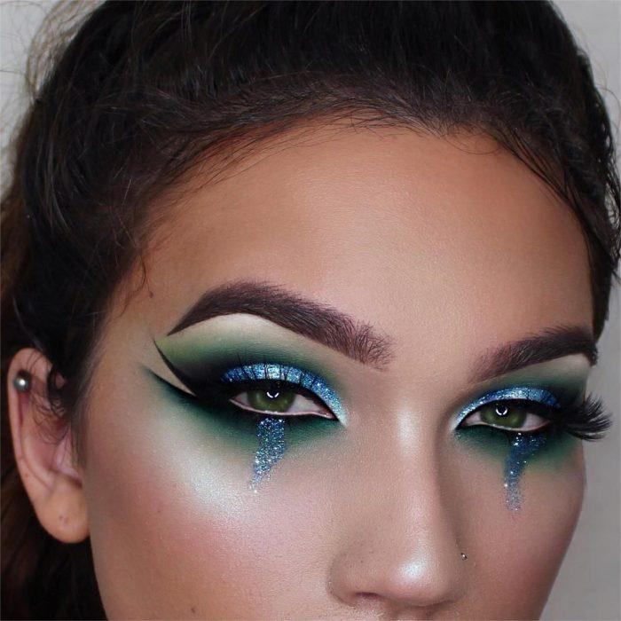 Chica crea impresionantes combinaciones de maquillaje en tonos azules