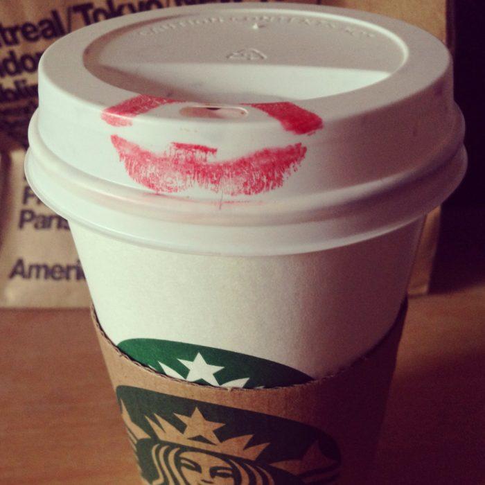 vaso de café llenó de labial