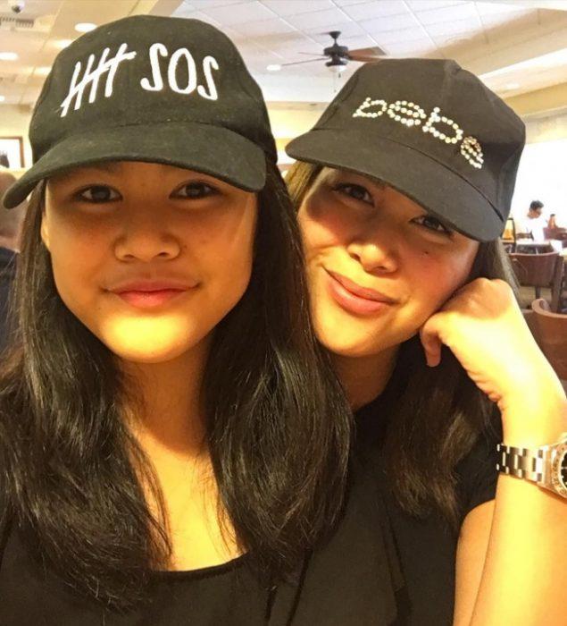 chicas usando gorras