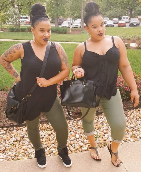 chicas usando bolsos grandes