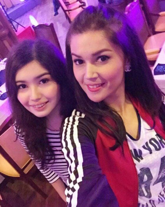 chicas tomando una selfie de ambas