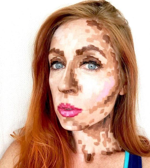 Chica con maquillaje de píxeles para halooween