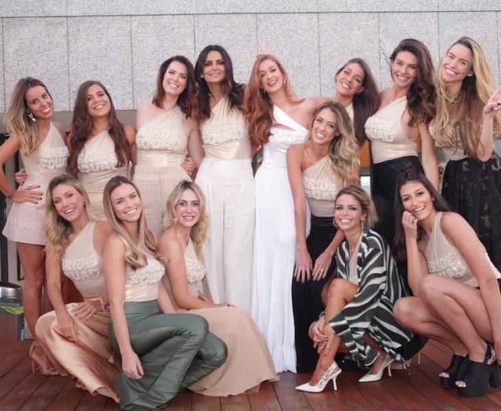 Modelo brasileña luciendo un vestido de novia en su despedida de soltera