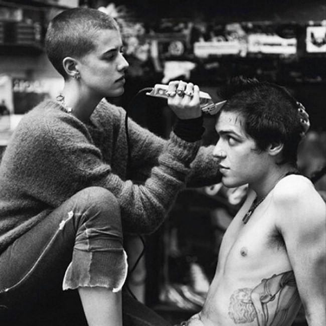 chica cortando el cabello de su novio