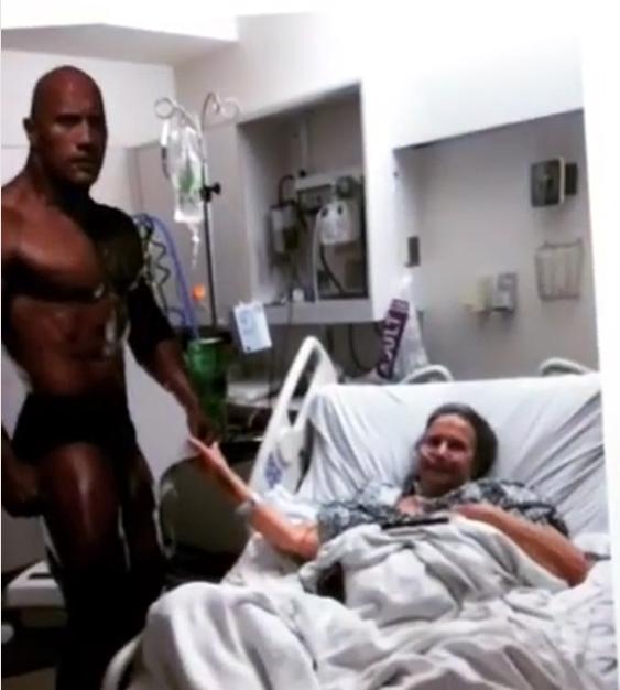 Abuela con cáncer que tiene un poster de the rock a un lado de su cama de hospital