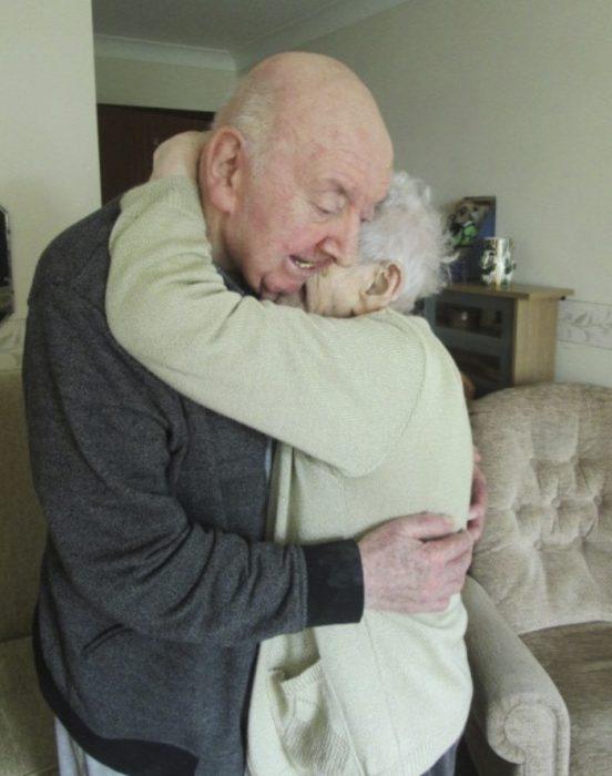 Mujer que se mudó a un asilo para vivir junto a su hijo de 80 años