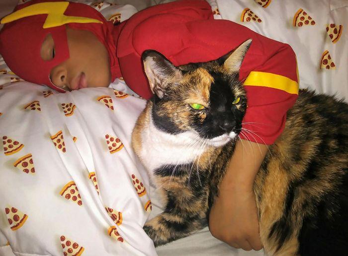 niño durmiendo con un gato