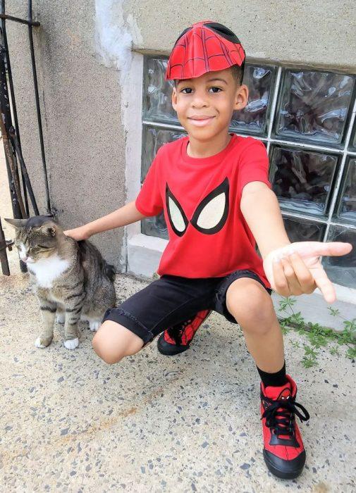 niño vestido de spider man