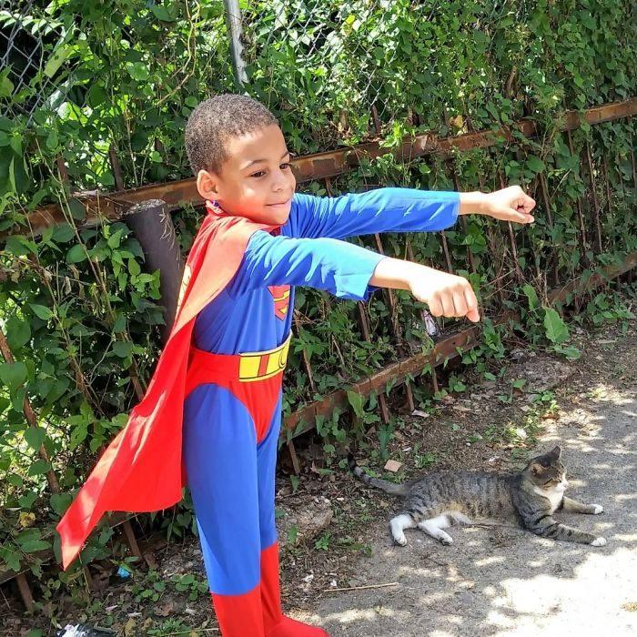 niño vestido de superman