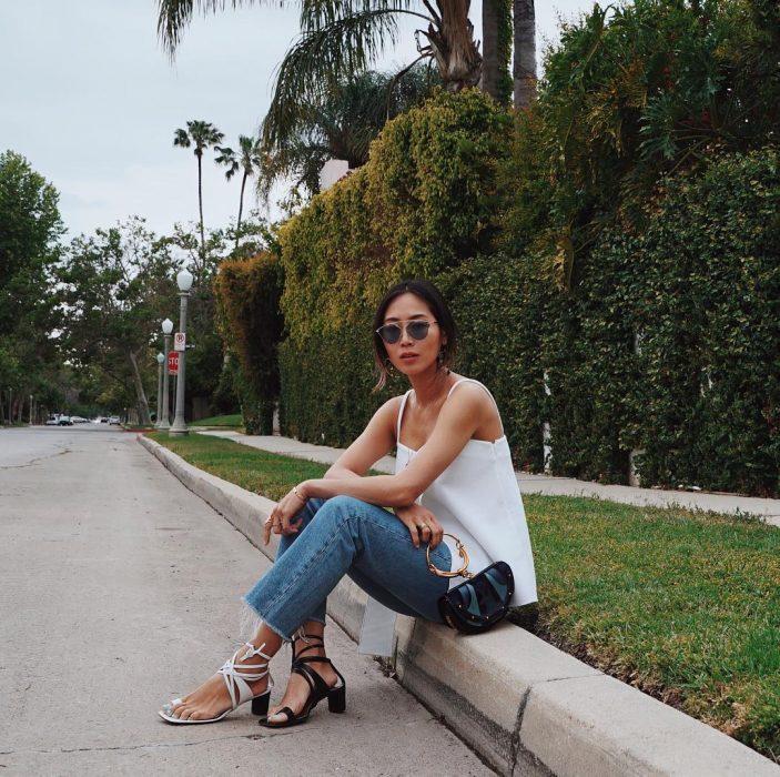 Chica que inició la tendencia de usar dos zapatos distintos