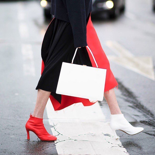 Chica usando zapatos de diferentes colores