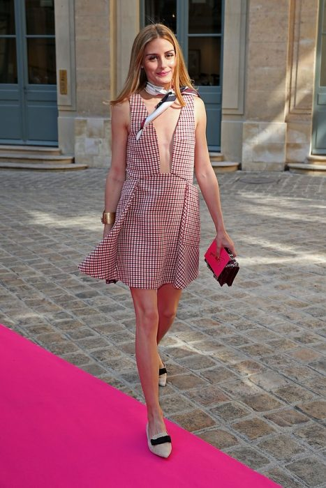 Olivia Palermo usando un vestido con escote profundo