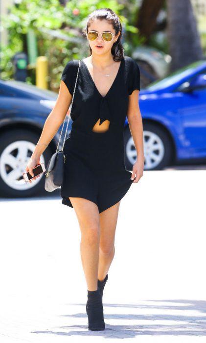 Selena Gomez usando un vestido de color negro