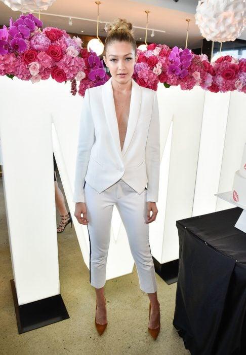Gigi Hadid usando un traje blanco con escote profundo