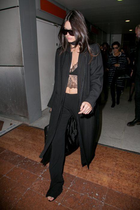 Kendall jenner usando un bralette negro