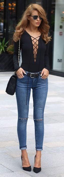 Chica usando una blusa con cordones