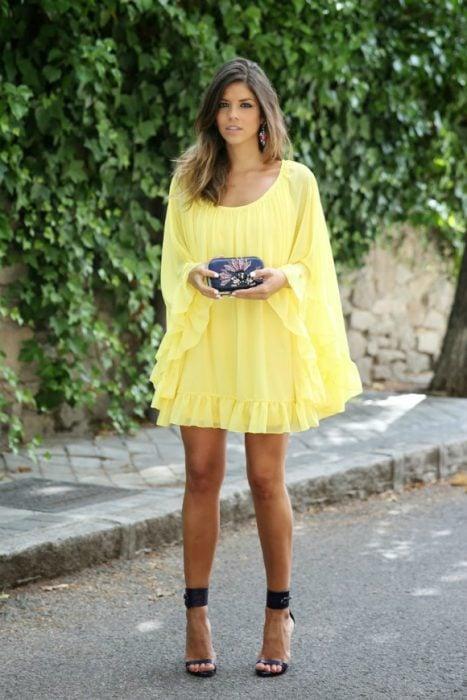 Chica usando un vestido amarillo