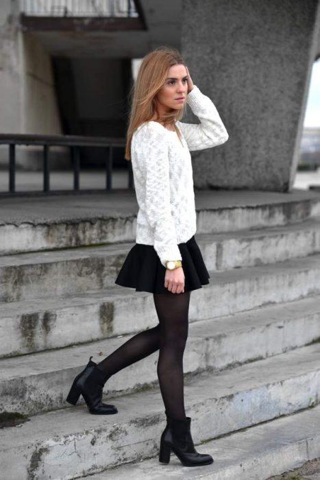 chica con botines y falda