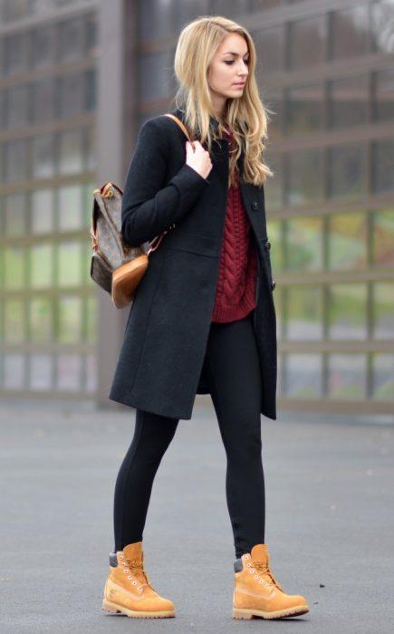 chica caminando por la calle