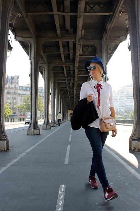 Chica usando una blusa con un lazo negro atado al cuello