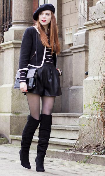 Chica usando un estilo de chica francesa