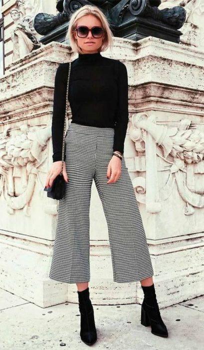 Chica usando un pantalon de vestir de cuadros