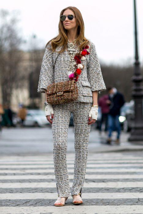 Chica vistiendo un traje de chanel