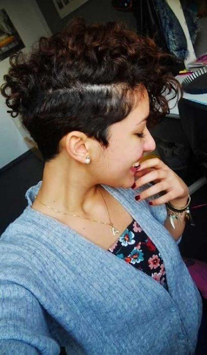 chica con moicano en el cabello