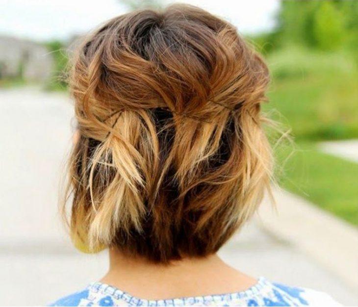 chica usando pasadores para el cabello