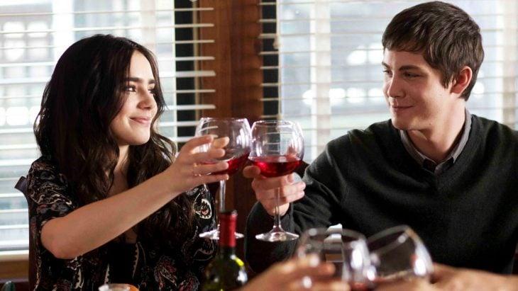 amigos bebiendo vino