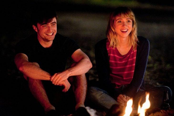 pareja frente a una fogata